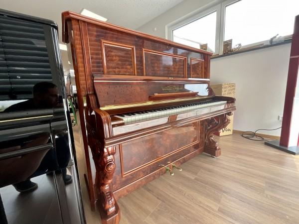 Modernes Pfeiffer Klavier in antikem Gehäuse