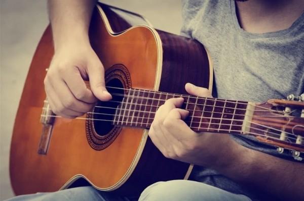 In unseren Filialen finden Sie Gitarren verschiedenster Hersteller!